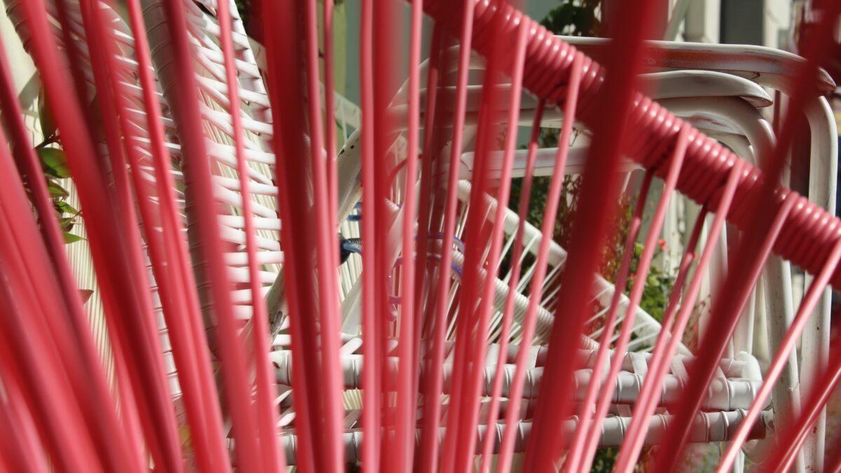 Abstrakter pinkfarbener Stuhl